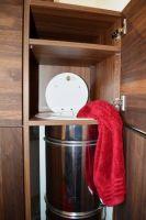 Einwurf-im-Vorraum-von-vorne-und-von-im-Badschrank-von-oben-2